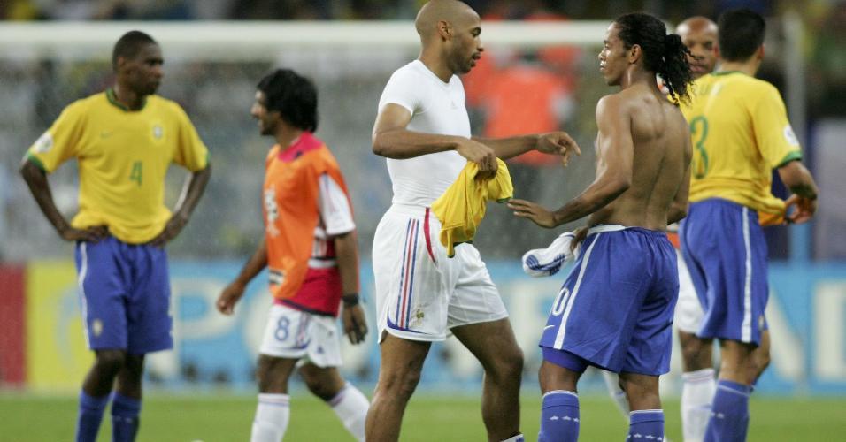 Henry e Ronaldinho conversam após eliminação da seleção brasileira para a França na Copa do Mundo de 2006