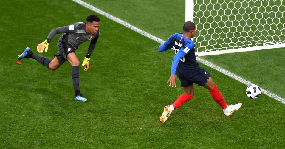 Kylian Mbappé manda a bola para o gol e abre o placar para a França contra o Peru