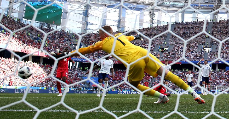 Goleiro da Inglaterra, Jordan Pickford não consegue segurar o chute de Felipe Baloy, do Panamá