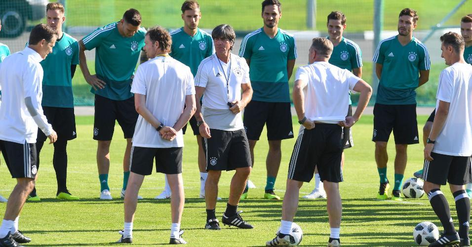 Joachim Low comanda treino da seleção alemã antes da estreia na Copa do Mundo