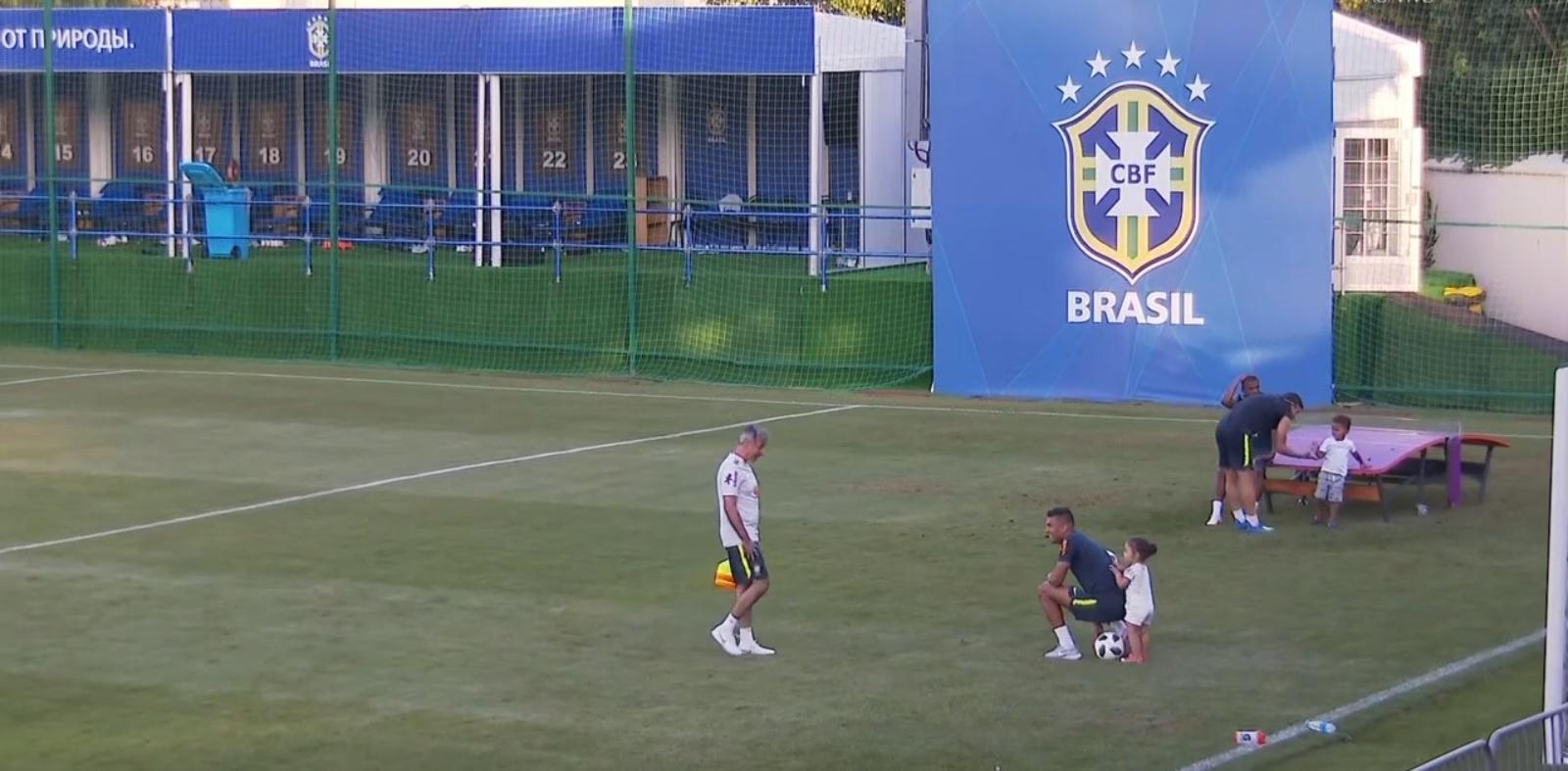 Filhos de Casemiro e Danilo comparecem a treino da seleção brasileira