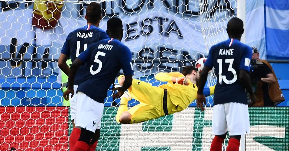 Varane, Umtiti e Kante observam Lloris pular sem sucesso em lance de gol sofrido pela França