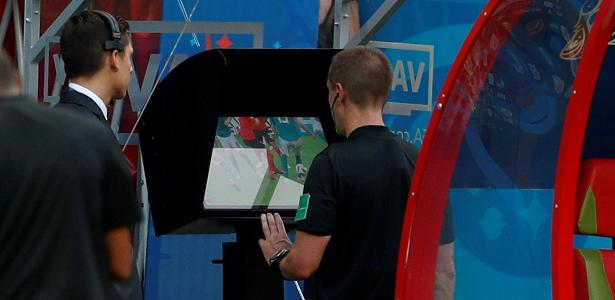 Árbitro consulta o vídeo durante partida da Copa do Mundo da Rússia