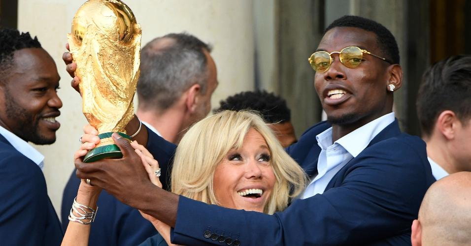 Paul Pogba, volante da seleção francesa, com a primeira-dama da França, Brigitte Macron