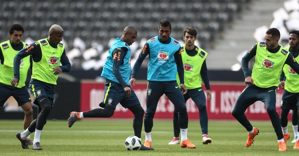 Fernandinho participa de treinamento da seleção brasileira