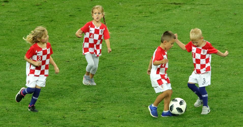 Filhos e filhas dos jogadores da Croácia jogam bola no gramado após a classificação da seleção à final da Copa do Mundo