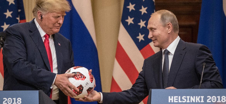 Putin entrega a bola da Copa do Mundo a Donald Trump - Chris McGrath/Getty Images