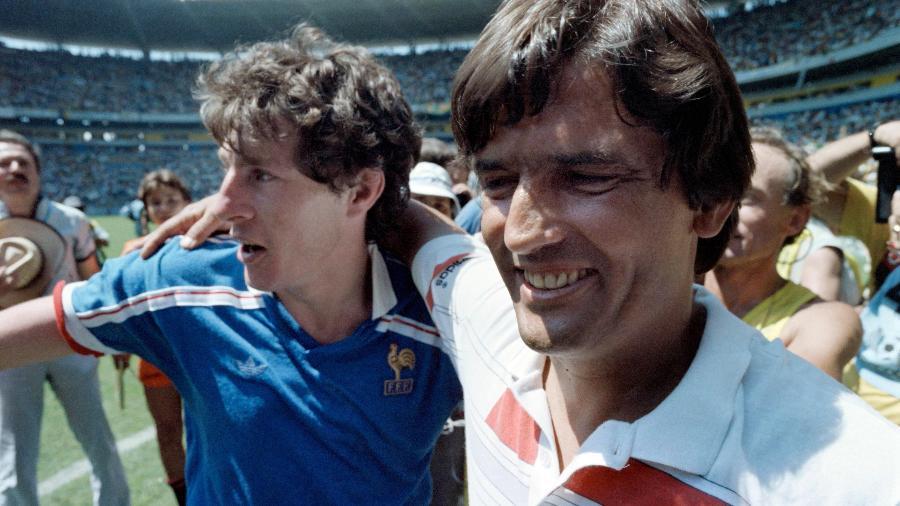Henri Michel (direita) festeja vitória da França sobre o Brasil nas quartas de final da Copa de 1986 - AFP
