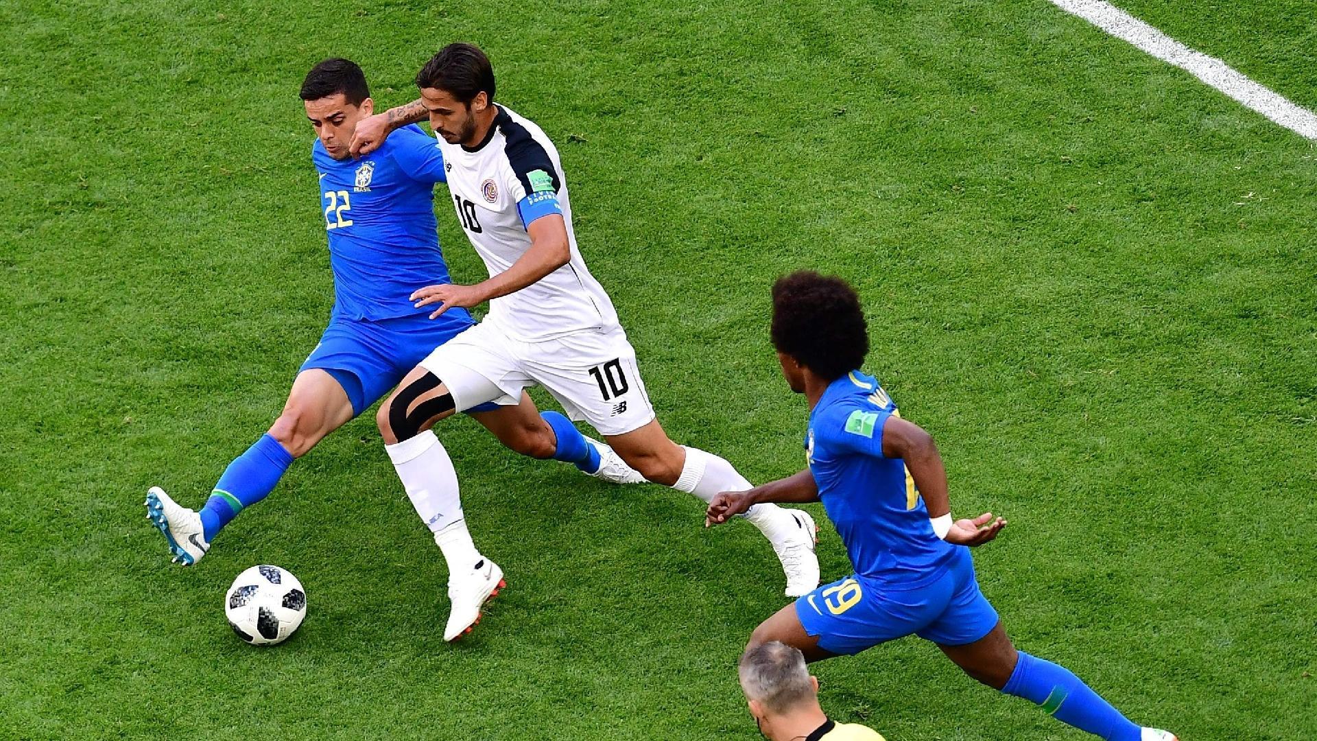 Fagner desarma Bryan Ruiz durante a partida entre Brasil e Costa Rica