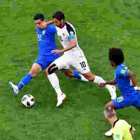 Fagner desarma Bryan Ruiz durante a partida entre Brasil e Costa Rica - AFP PHOTO / Giuseppe CACACE - AFP PHOTO / Giuseppe CACACE
