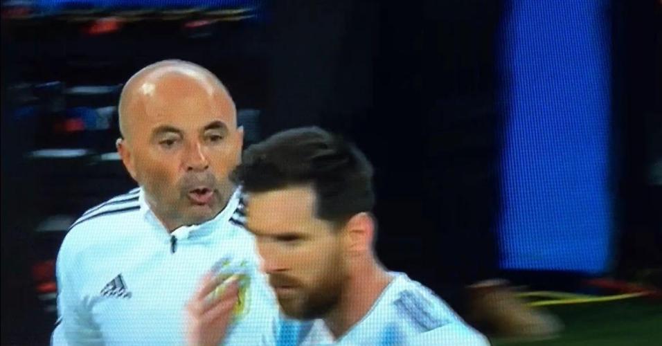 Sampaoli e Messi conversam durante partida contra a Nigéria