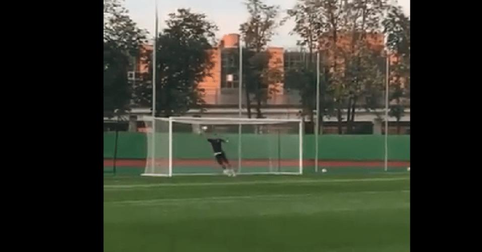 Mandzukic brinca no gol durante treino da Croácia