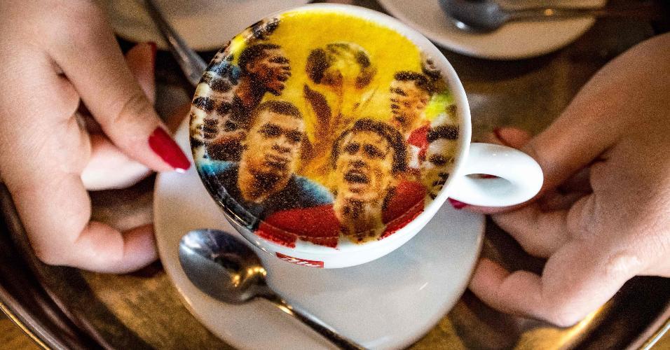 Em Zagreb, xícara de café com ilustrações de jogadores das seleções da França e da Croácia