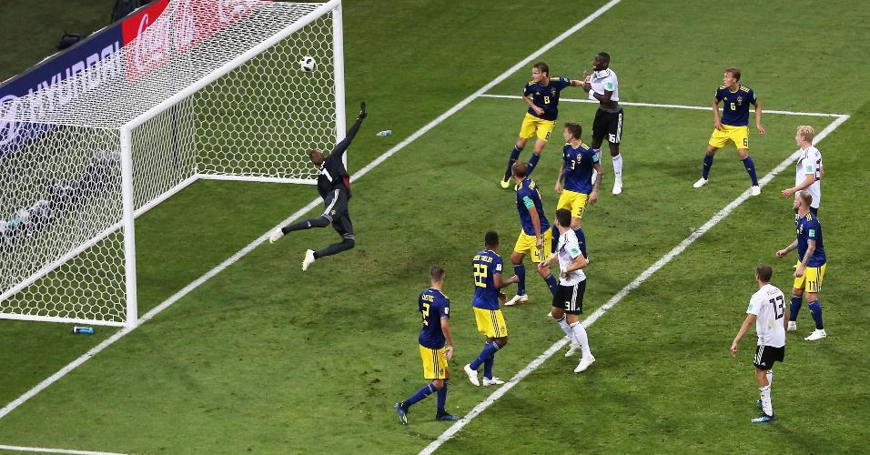 Chutaço de Kroos entra no cantinho e garante a vitória alemã sobre a Suécia