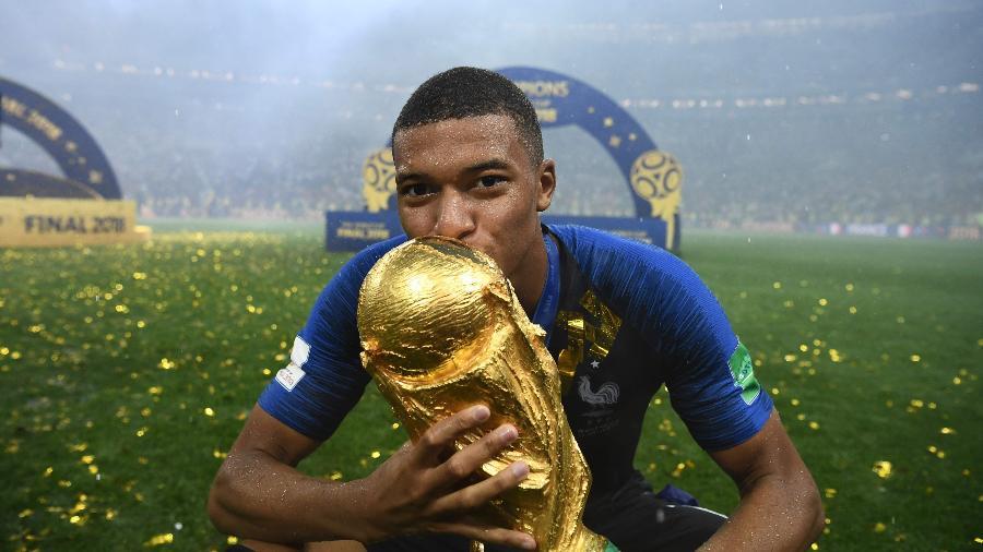 Campeão com a seleção francesa, Kylian Mbappé beija taça da Copa do Mundo - Franck Fife/AFP