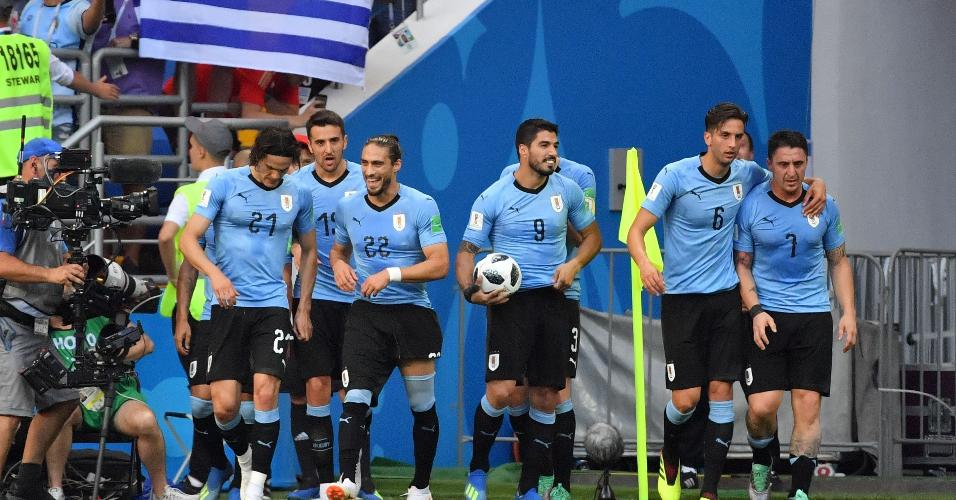 Jogadores do Uruguai comemoram gol de Luis Suárez em jogo contra a Arábia Saudita