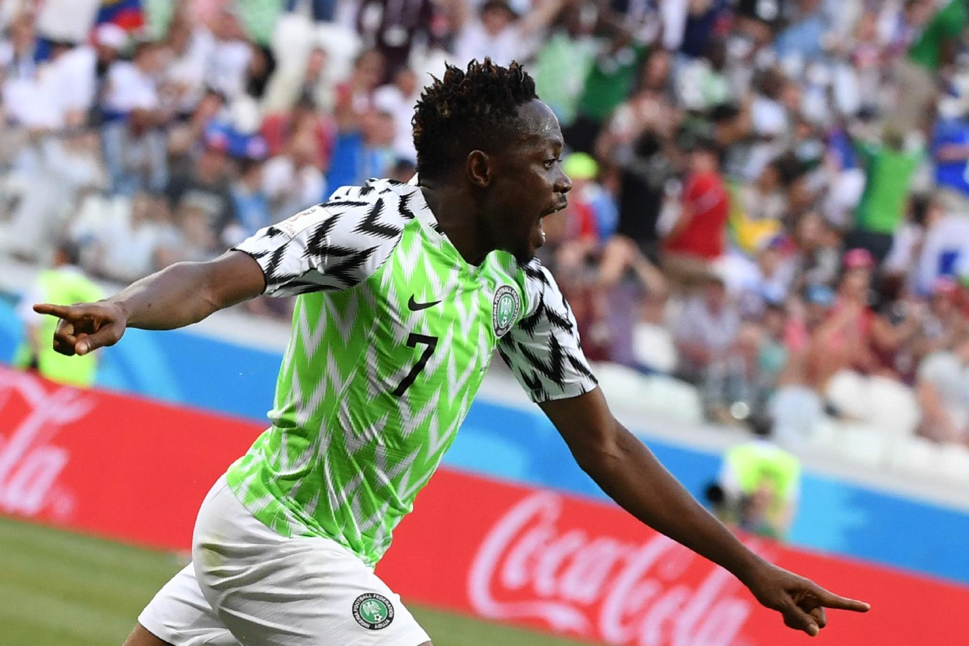 4e80204ed1293 Nigéria na Copa 2018  Nigerianos fazem festa em avião após vitória sobre a  Islândia - UOL Copa do Mundo 2018