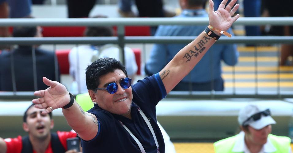 Maradona acena para a torcida no intervalo do duelo entre França e Argentina