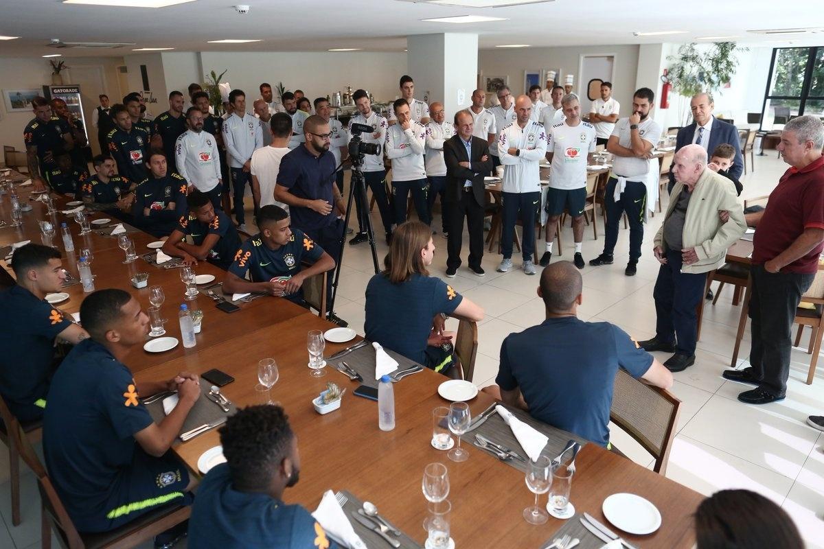 Zagallo conversa com jogadores da seleção brasileira na Granja Comary