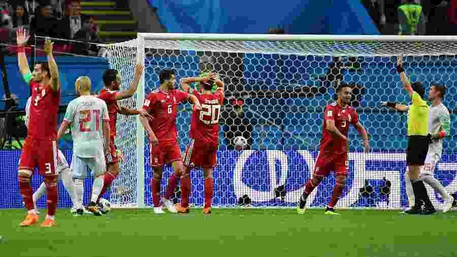 Jogadores do Irã lamentam gol anulado contra a Espanha - Xinhua/Liu Dawei