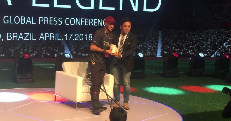 Neymar comparece de muletas a evento com patrocinador