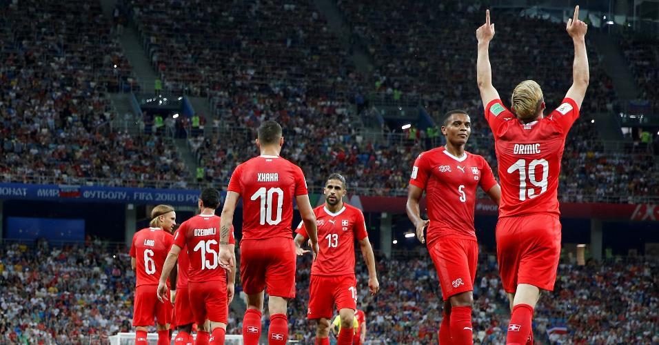 Jogadores da Suíça comemoram gol de Drmic contra a Costa Rica na Copa do Mundo
