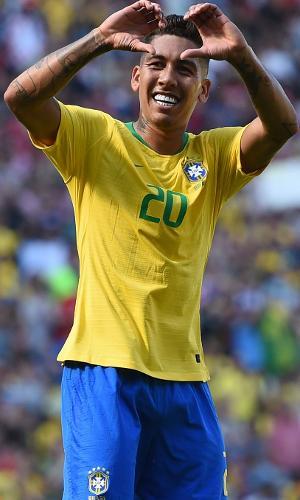 Roberto Firmino comemora segundo gol do Brasil contra a Croácia, em Liverpool