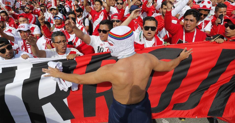 Torcida peruana está presente em grande número em Ekaterimburgo para duelo França x Peru