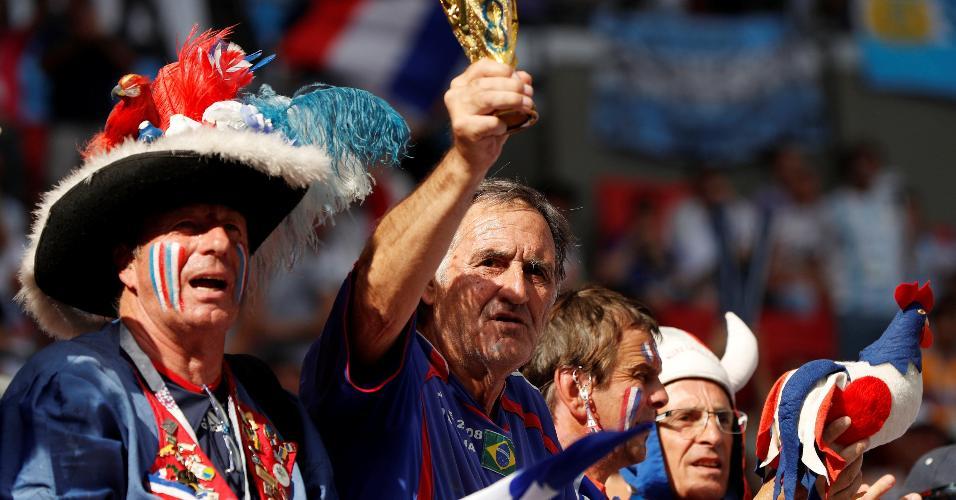 Torcedores franceses levantam réplica da Copa do Mundo antes de duelo contra Argentina