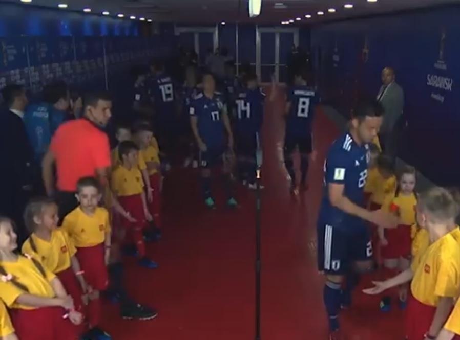 Yoshida cumprimenta crianças antes de jogo com a Colômbia