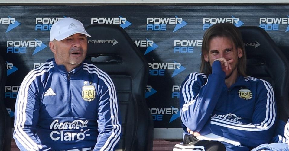 Jorge Sampaoli conversa com o auxiliar Sebastián Beccacece durante treino da seleção da Argentina
