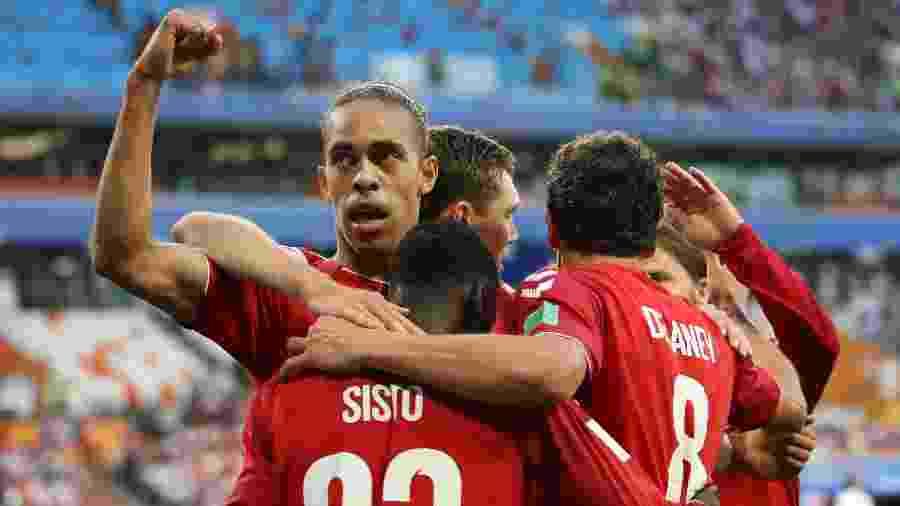 Jogadores da Dinamarca comemoram gol de Yussuf Poulsen contra o Peru - Clive Mason/Getty Images