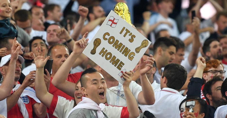 Ingleses comemoram com cartaz com a frase