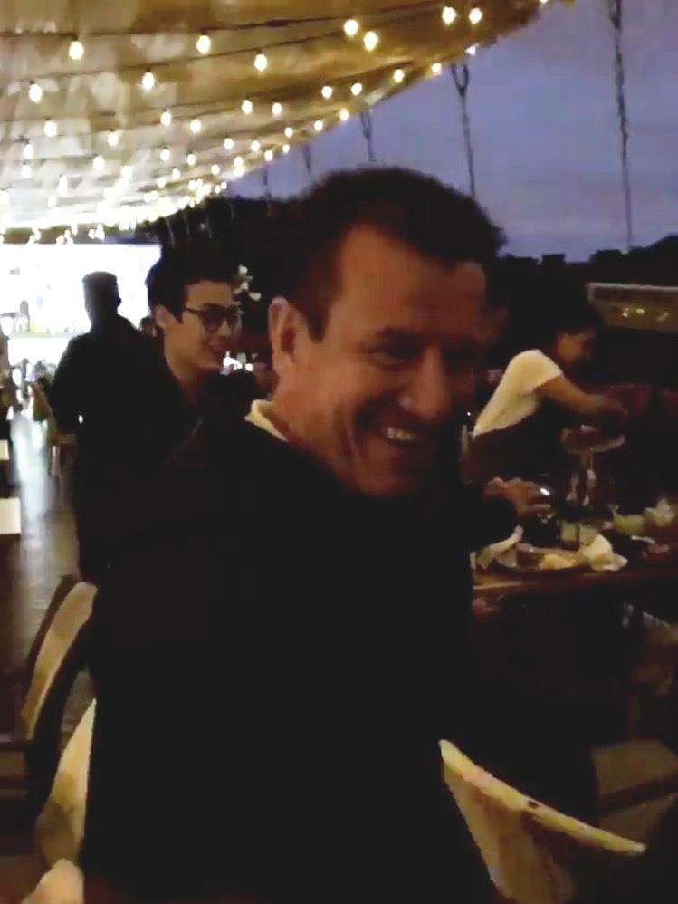 Brasileiros encontram Dunga em bar na Rússia e festejam capitão de 1994