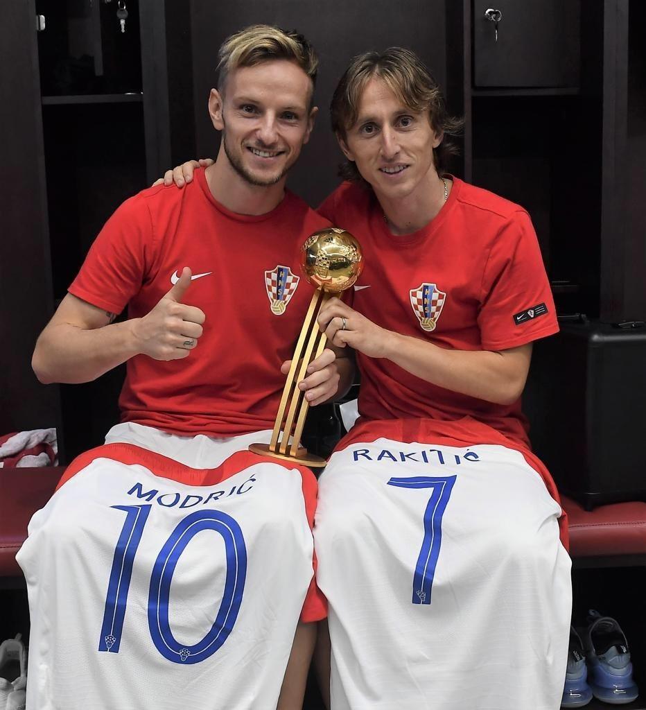 Modric posa no vestiário da Croácia ao lado de Rakitic, eleito o melhor jogador da Copa do Mundo