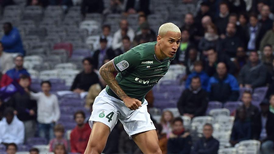 O zagueiro Léo Lacroix em ação pelo Saint-Etienne; jogador foi oferecido ao Inter, que recusou - Remy Gabalda/AFP
