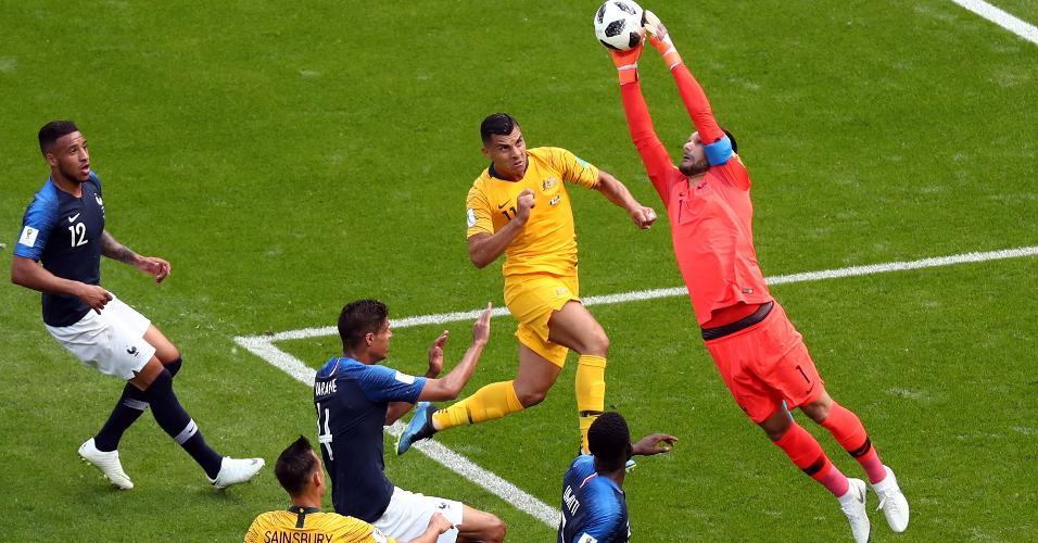 Hugo Lloris, goleiro francês, se estica todo e intercepta o cruzamento
