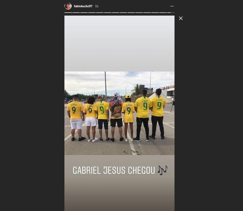 Familiares e parças de Gabriel Jesus chegam uniformizados para jogo