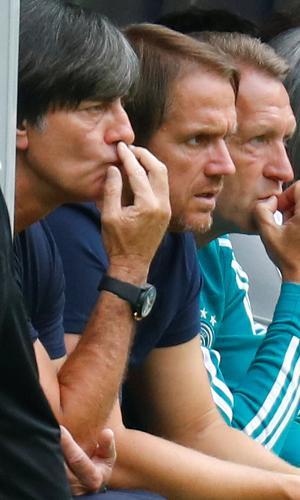 Técnico Joachim Low durante partida de estreia da Alemanha na Copa