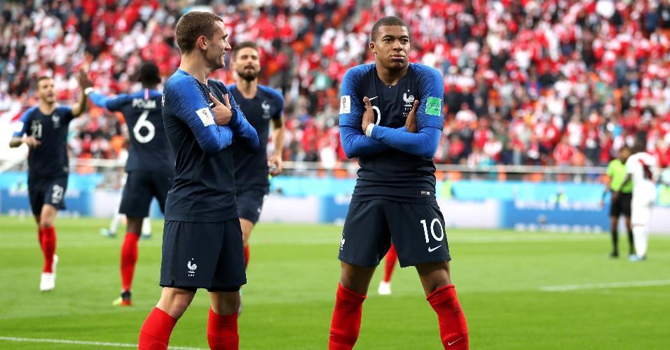 Kylian Mbappé comemora após marcar para a França em jogo contra o Peru
