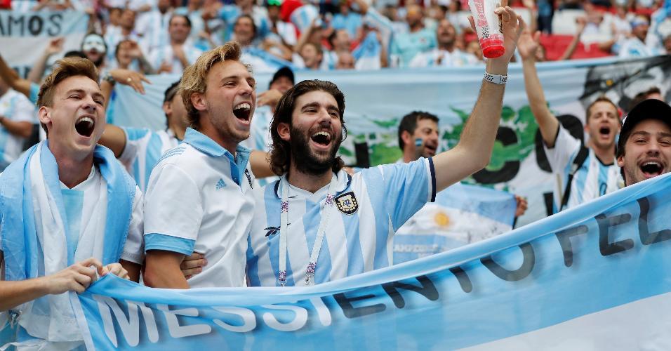 Torcedores da Argentina com bandeira antes do duelo contra a França