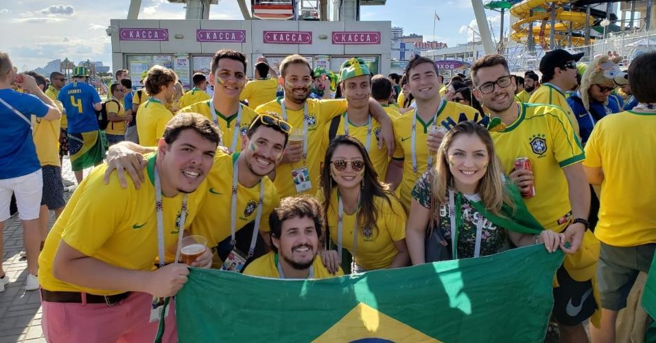 Torcedores posam para foto durante esquenta da torcida brasileira em Kazan