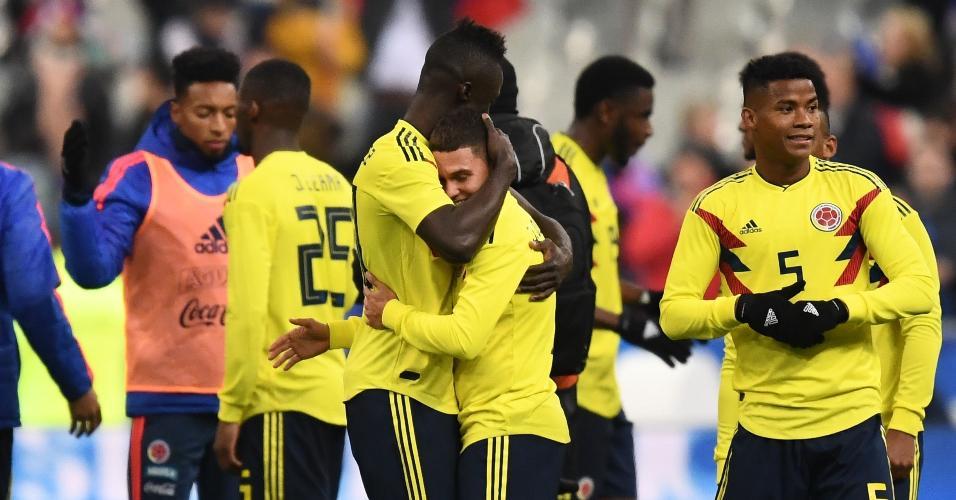 Jogadores da Colômbia comemoram vitória sobre a França