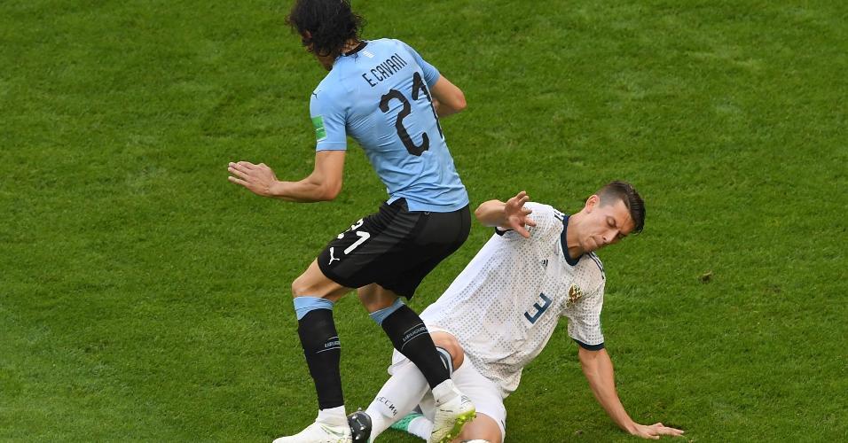 Edinson Cavani, da seleção do uruguai, disputa bola com Ilya Kutepov, da Rússia