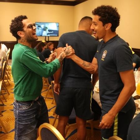 Lateral (à esquerda) lesionou o ligamento cruzado do joelho direito em 8 de maio e ficou fora da Copa do Mundo - Lucas Figueiredo/CBF