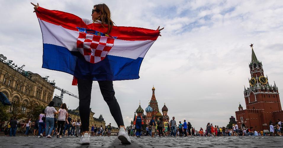 Torcedora da Croácia posa na Praça Vermelha, em Moscou