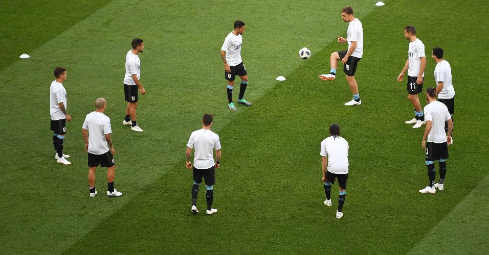 Seleção do Uruguai se aquece no gramado da Arena Rostov antes de jogo contra a Arábia Saudita