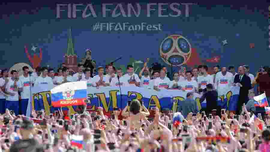 Rússia na Copa 2018  Seleção russa é ovacionada por multidão de ... e56cdea3f2951