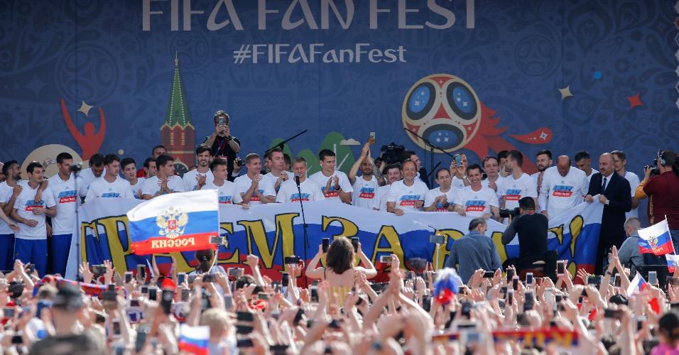 Seleção russa é ovacionada por multidão torcedores em Fan Fest