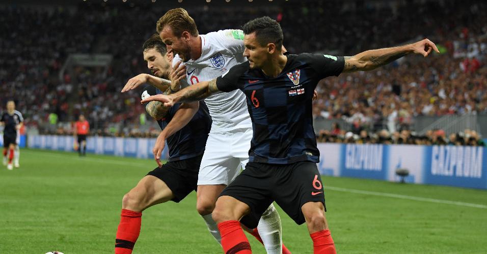 Harry Kane, da Inglaterra, marcado por Sime Vrsaljko e Dejan Lovren, da Croácia, durante semifinal